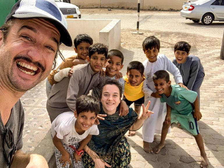 Marco Buch mit Kindern im Oman