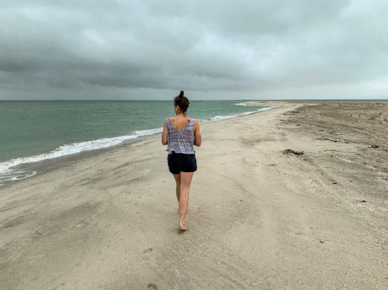 Frau am Strand von Masirah Island