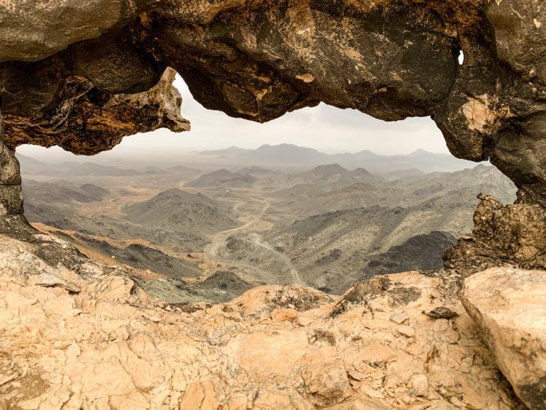 Blick durch Felsen auf Masirah Island