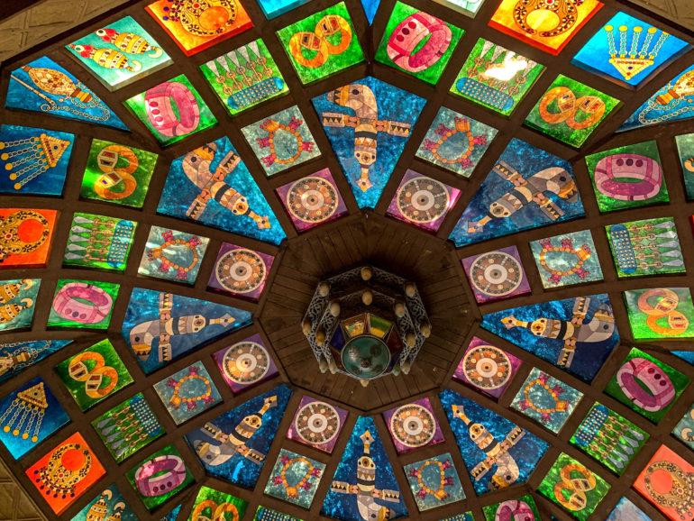 Bunte Fliesen in einem Dach im Mutrah Souq