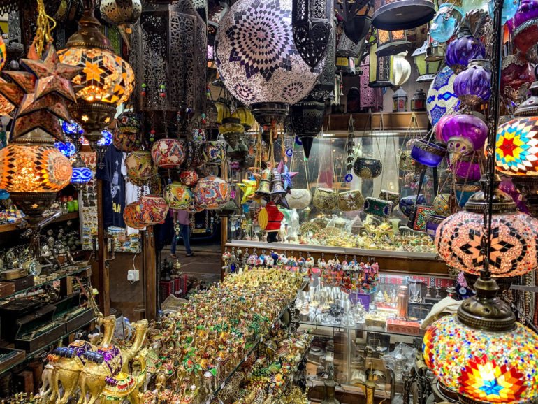 Maskat Sehenswürdigkeiten: Lampen und Accessoires im Mutrah Souq