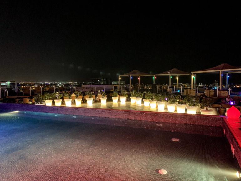 Pool und Lampen auf der Dachterrasse des Park Inn Maskat