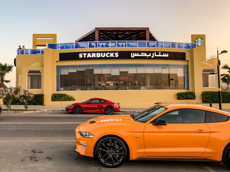 Luxus-Autos vor dem Starbucks in Qurum Maskat