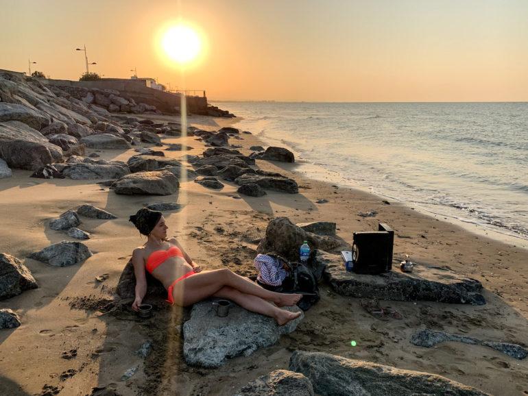 Frau am Qrum Strand in Maskat