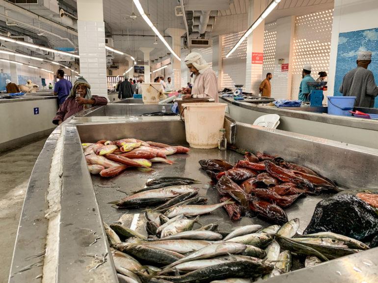 Verkäufer und Stände auf dem Mutrah Fischmarkt