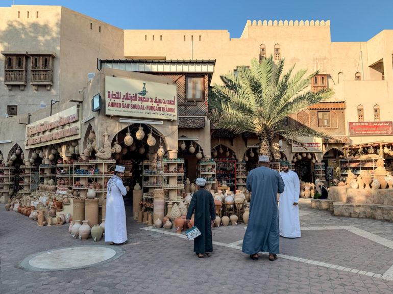 Männer vor einem traditionellen Markt in Nizwa Oman