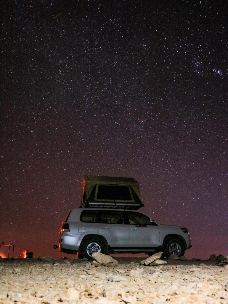 Geländewagen vor Sternenhimmel auf Oman Roadtrip