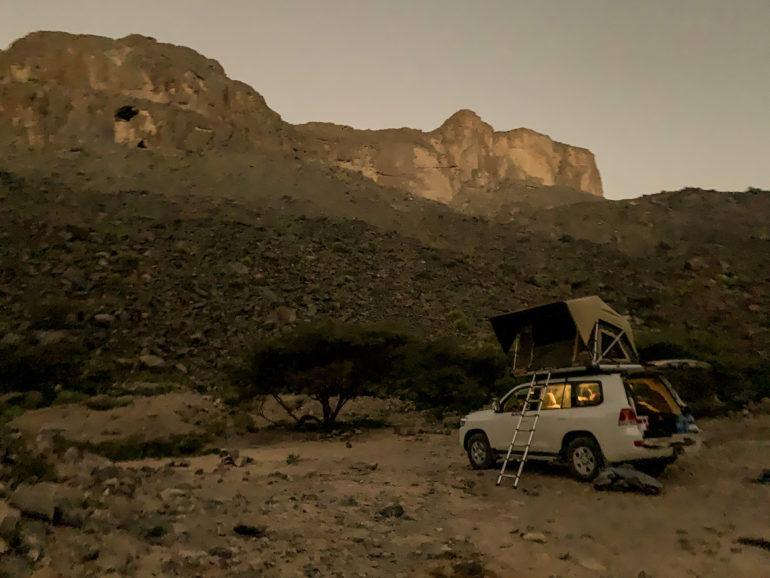 Geländewagen vor Bergkulisse bei einem Oman Roadtrip