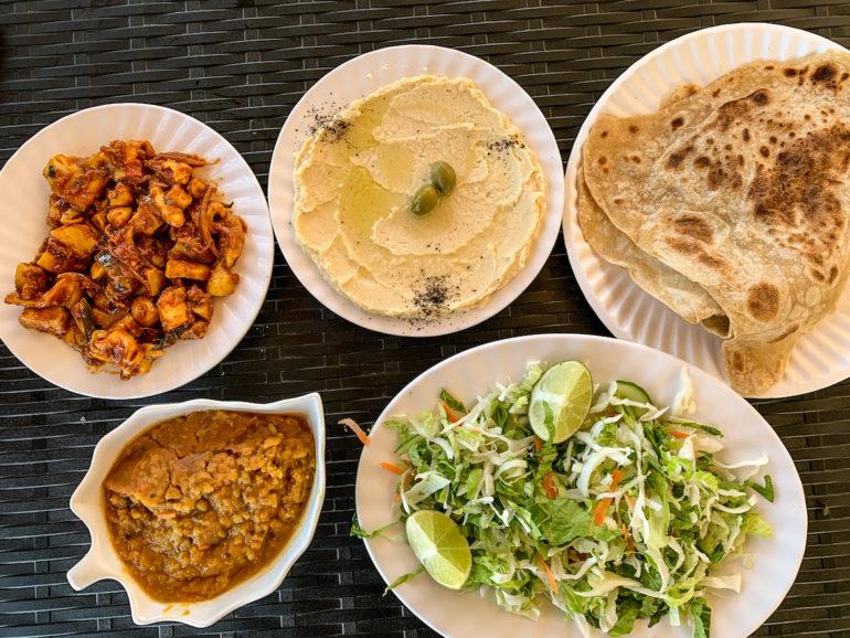 Teller mit verschiedenen Speisen auf einem Oman Roadtrip
