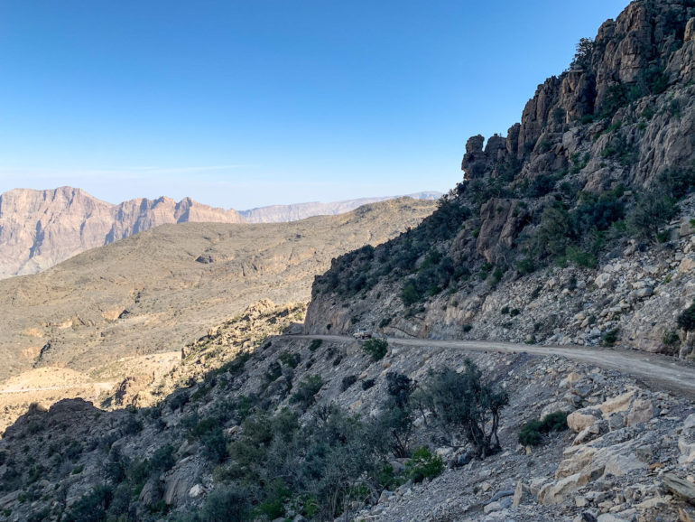 Off-Road-Piste entlang der Berge im Oman
