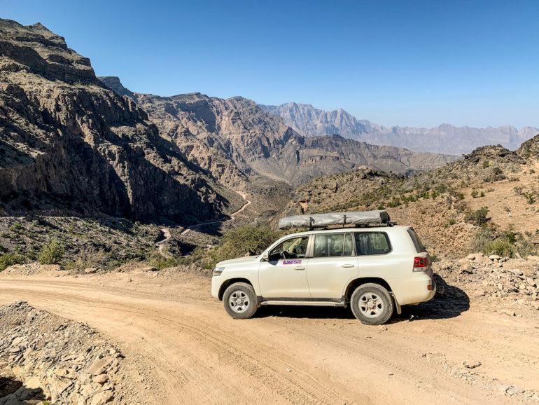 Geländewagen vor Bergkulisse auf einem Oman Roadtrip