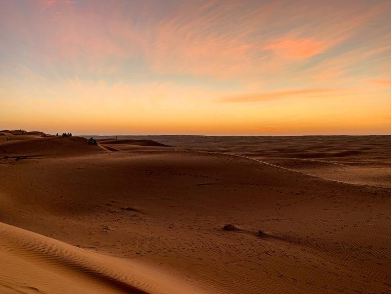 Sonnenuntergang über der Wüste bei einem Oman Roadtrip