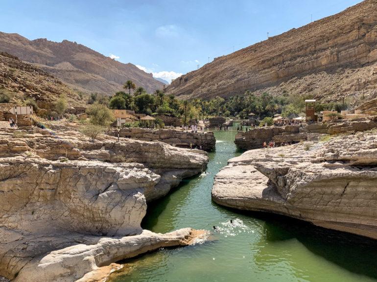 Wasser und Felsen im Wadi Bani Khalid