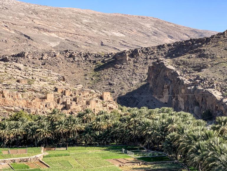 Dorf vor Felsen in Wadi Ghul