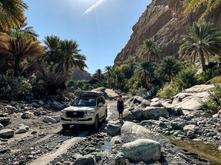 Geländewagen in einem Wadi bei Oman Roadtrip