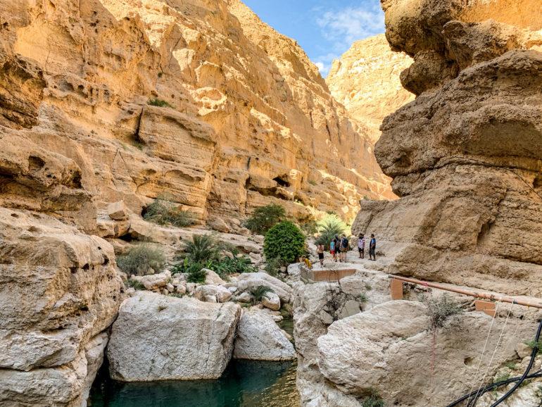 Wasser, Menschen und Felsen im Wadi Shab
