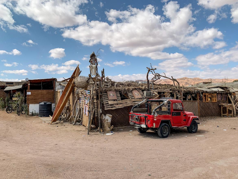 Auto vor einer Bar in Dahab