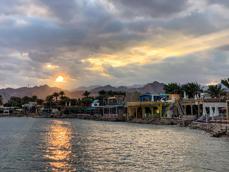 Sonnenuntergang über den Häusern von Dahab