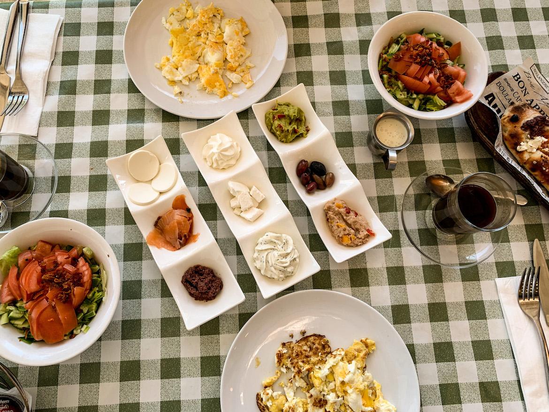 Speisen auf Tellern in Eilat