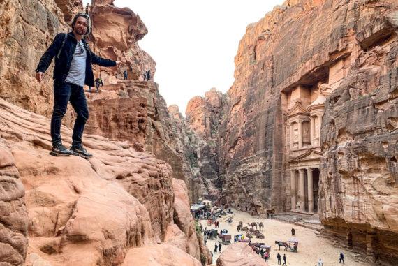 Marco Buch vor dem Mausoleum in Petra
