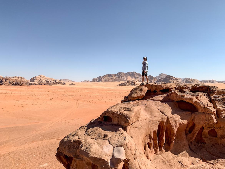 Marco Buch auf einem Felsen im Wadi Rum
